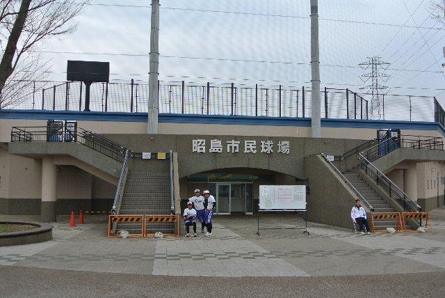 左右二本の階段がネット裏の座席へ直結しています。