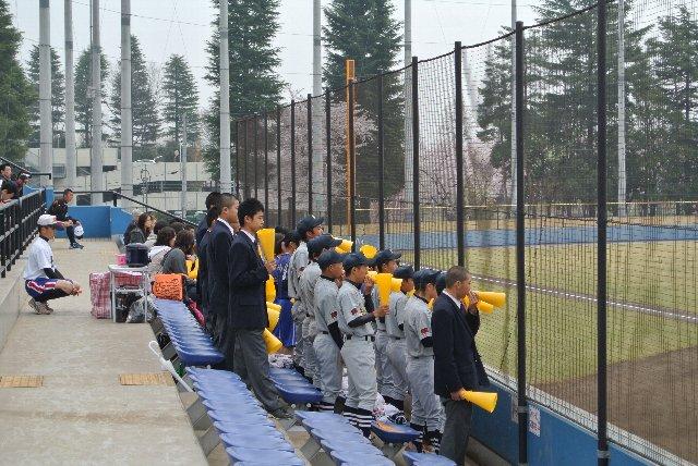 応援団の数でも劣勢の永山高校、彼らが一生懸命盛り上げていました。