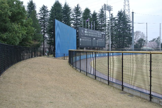 フェンスが高く、傾斜が緩いので観戦環境はあまりよろしくありません。