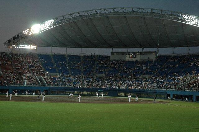 こまちスタジアムの特徴はバックネット裏を覆う大きな屋根です。