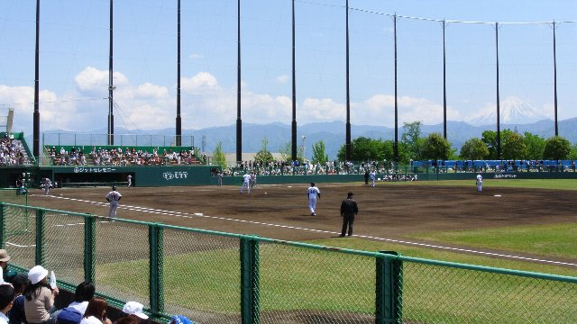 前を向けば富士山、後を向けば南アルプスと球場から望める風景は素晴らしい。