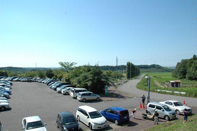 内野スタンドや駐車場から、海に向かって広がる水田地帯を俯瞰することができます。
