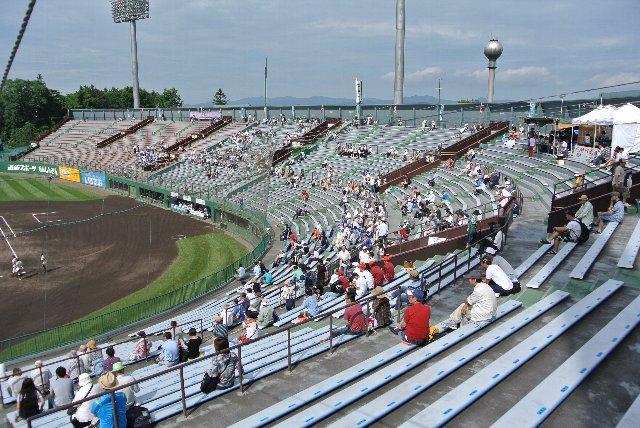 上段、中段、下段に分かれた全26列の座席、地方球場としては十分すぎる収容能力です。