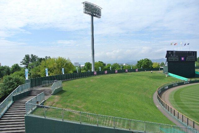 帯広や釧路にも同様の芝生席があるが、旭川の外野席は段違いに広い。