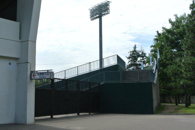 センター付近や、外野席の中央に入口は設けられていません。