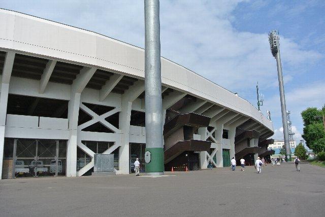 一塁側は道路に面しており、駐車場もあるため、これだけのスペースは確保できません。