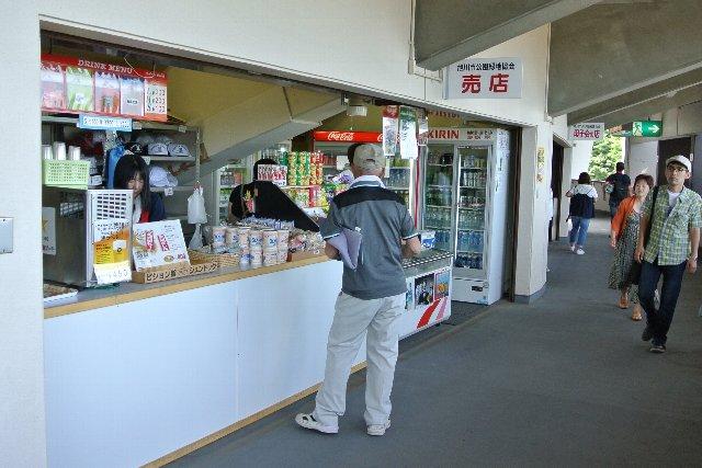 売店スペースが一塁側、三塁側に三箇所(だったと思う)ずつあり、充実の売店事情です。