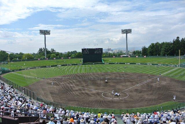 両翼はやや狭いものの、内野スタンドは立派だし、グラウンドも見易く、北北海道のメイン球場たる堂々とした風格を持った球場である。