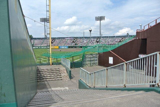 この日の試合でも外野席は開放され、レフト側、ライト側共に内野席から外野席へと移動ができる。