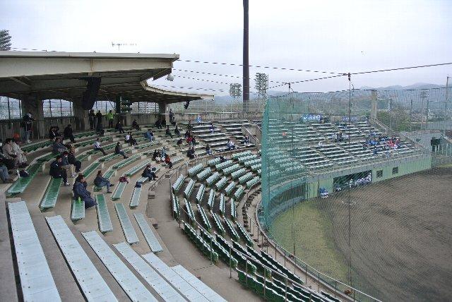 最前列至上主義の典型的な球場。ネットに視界を遮られ、雨がふればずぶ濡れ、万歳!