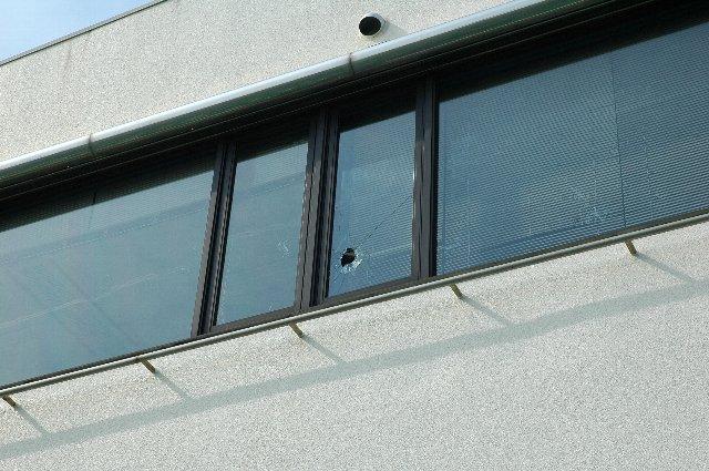 終盤に細谷が放ったファウルボールが管理人塔を直撃。まるで漫画を見るように、綺麗にガラスが割れました。