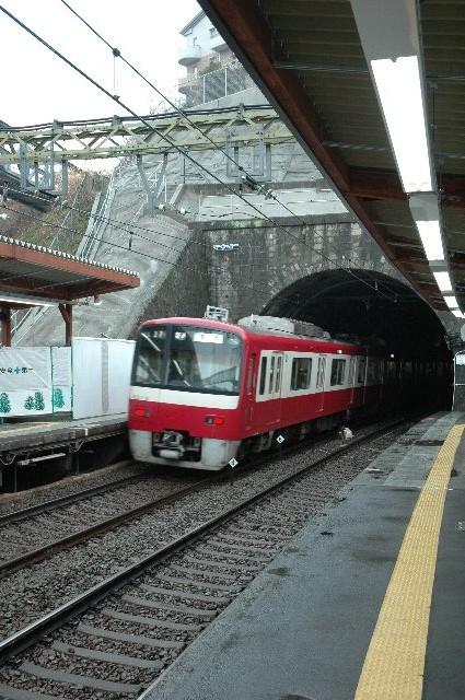 間違えて追浜(横須賀スタジアム最寄駅)で下りないよう注意しましょう。