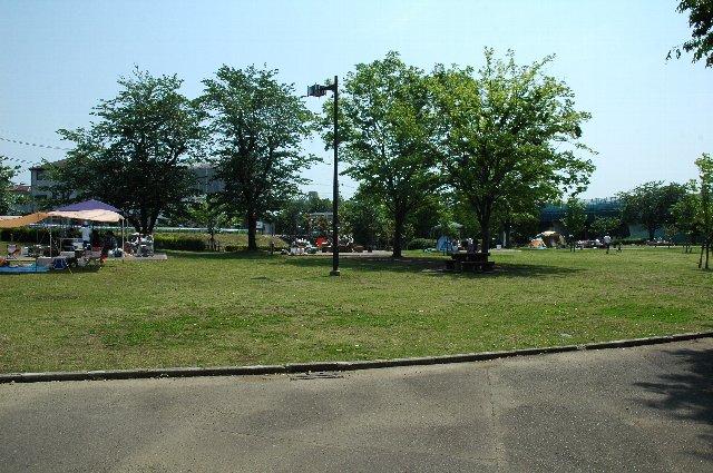 芝生が敷かれたレクリエーションエリア内の小高い場所に陣取れば、BBQしながら野球観戦も楽しめます。