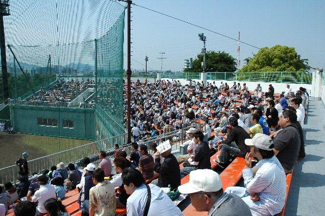 座席はすべて長椅子のベンチ、年に一度の海老名開催とあって、ファームとしては比較的多くの観客が結構訪れていました。