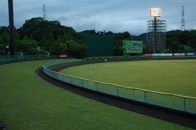 藤岡市民球場で最も観戦環境の良いエリアと言って良いでしょう。
