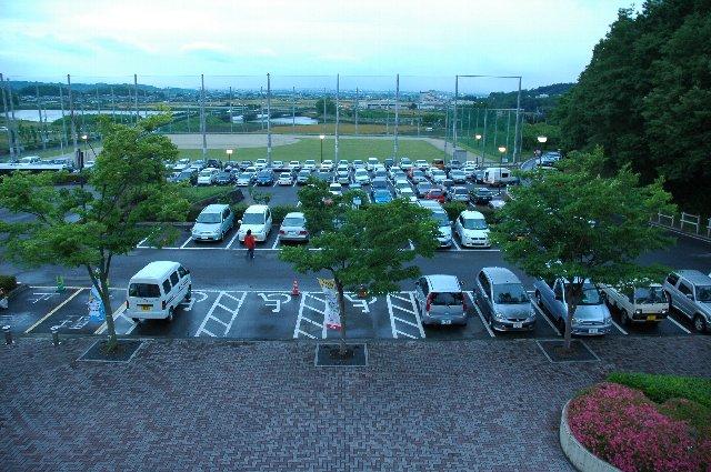 おそらく、ここが北口駐車場。見ての通り、それほど広くはありません。スタンド脇に停めると、ファウルボールがばんばん飛んでくるので注意。