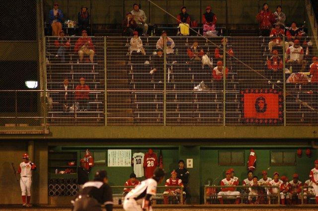 三塁側ベンチに陣取る信濃の選手と、その上のスタンドで応援する信濃ファン。