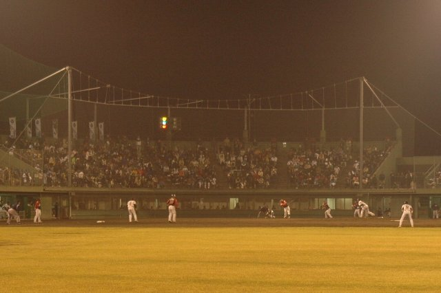 冷え込む夜のナイターでしたが、近隣から多くのファンが詰めかけ、内野スタンドはほぼ満員。1500人強の観客を集めました。