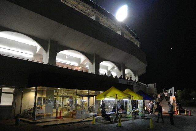 「福井フェニックススタジアム」と壁に銘板が打たれているのですが、この暗さでは見えない。