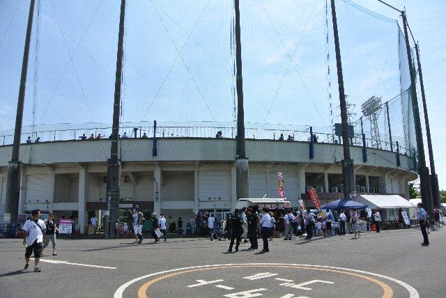 船橋で初となる公式戦開催とあって、球場の周りはお祭り騒ぎだ。