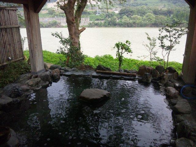 奥に見えるのは阿賀野川。普段は碧色の流れが美しいのですが、大雨の直後で川が濁っていたのが残念。