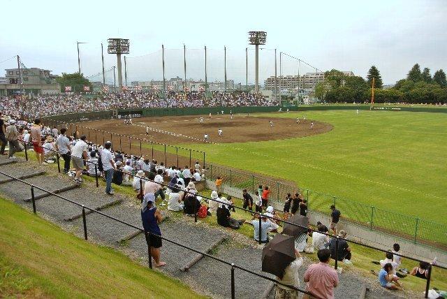 外野席へ通じる通路は、一塁側内野席のみに設置されている。