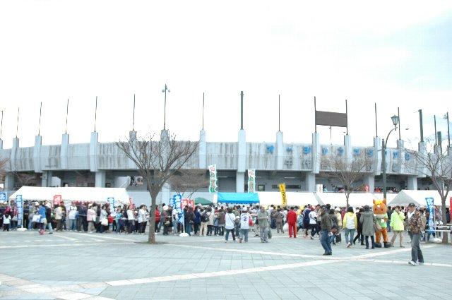 待ちに待った道南シリーズ、正面入口では各種イベントが催され、非常に賑わっていました。