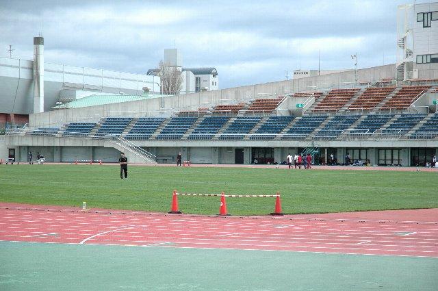 試合前日、陸上競技場に沿ってシート張りの列が出来、その外側を陸上選手が駆け抜けていくという不思議な光景が広がっていました。