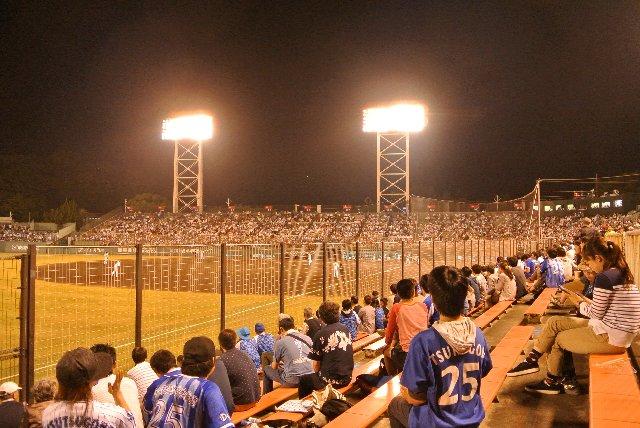 最前列はかぶりついて観戦ができる半面、列幅は狭いし、長椅子席は詰め込み。かなり圧迫感のある内野席です。