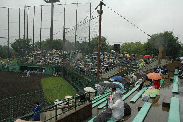 雨の中、熱心に観戦するファンが多かったです。