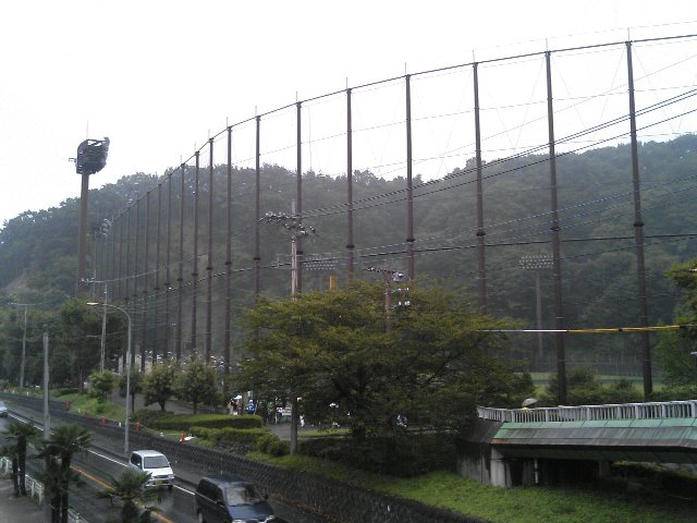 道路を挟んだ公園にも「ボールが飛んでくる可能性あり」の看板が立っていました。