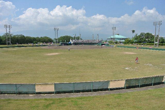 外野席後方の急傾斜を上り、見下ろす形で試合風景を撮影してみました。