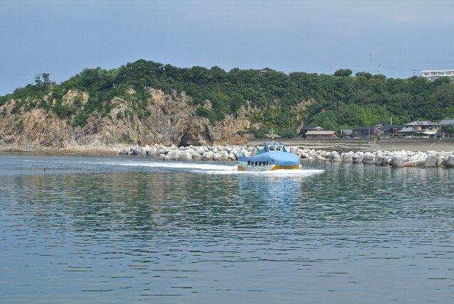 張りぼてでサメの恰好をした観光船、船底がガラス張りになっていて、海中を泳ぐ魚が見れる仕様になっている。