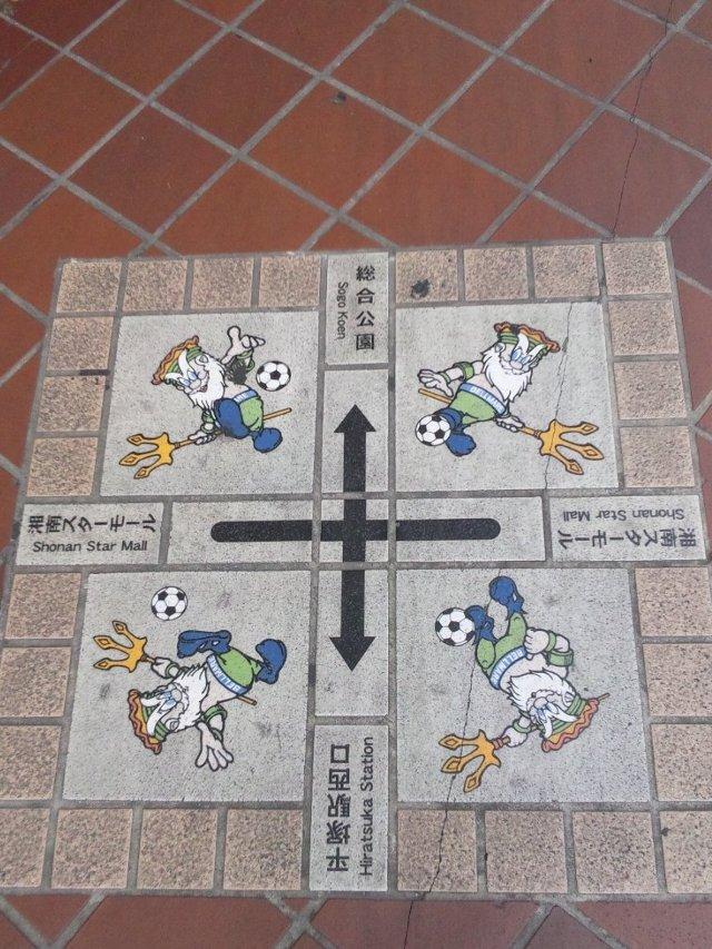 駅前のアーケード内にタイルに埋め込まれた案内標識があるので、迷うことはありません。