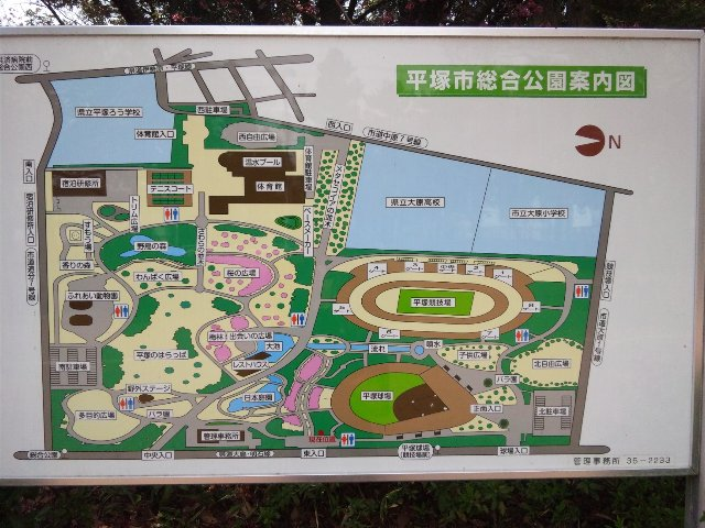 野球場の隣にサッカー場(平塚競技場)があることがわかる。