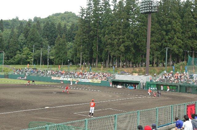 内野スタンドのすぐ裏手まで山が迫る非常にローカルな球場です。
