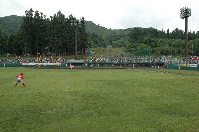 スタンド席が非常に狭くて、自然に囲まれた球場であることがわかるでしょうか?