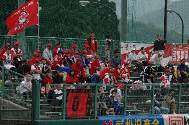 さすがに広神までやって来たファンは少なかったが、少ないなりに熱い応援を繰り広げていました。