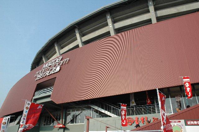 赤地に「MAZDA Zoom-Zoom スタジアム広島」と書かれたロゴが目を惹きます。