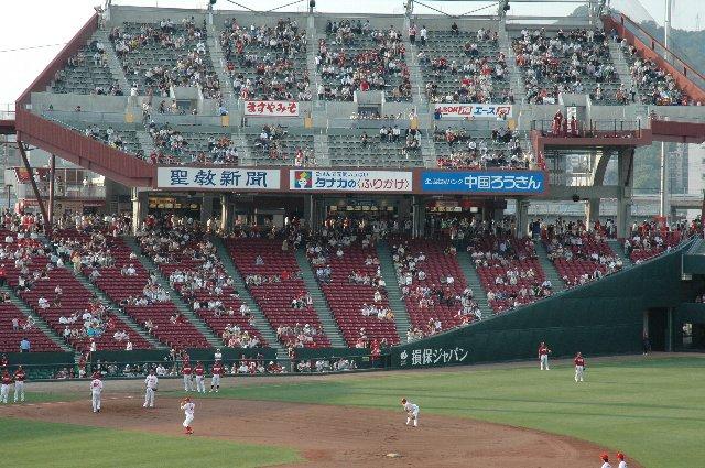 三塁側内野席に覆い被さるような位置に立地しているのがよくわかる。
