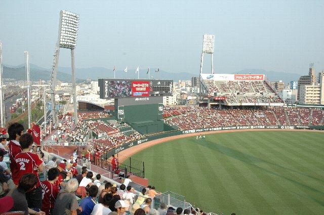 平日にも関わらず、新球場効果で外野席は既に満席です。