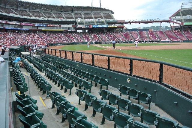 同様の砂かぶり席がキャッチャー後方の「正面」部分にも設けられている。