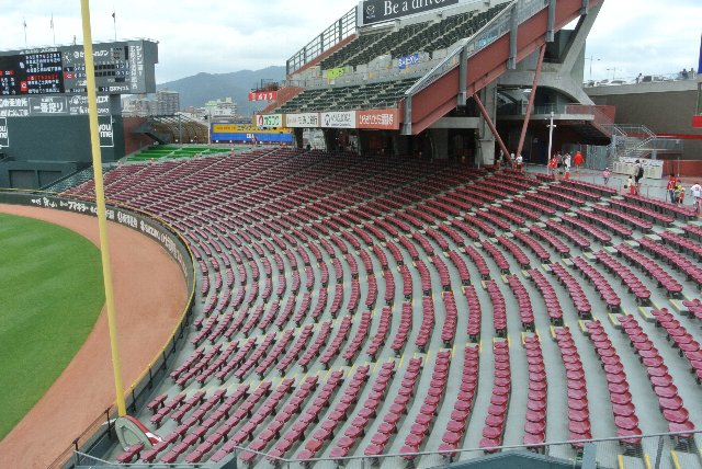 ファームの試合では、3階の内野指定席部分のみを開放していました。