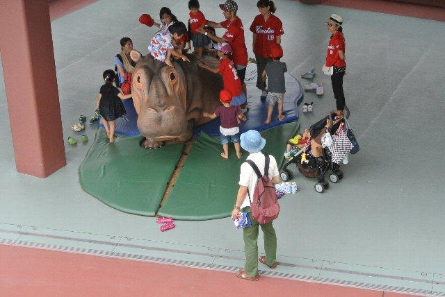 びっくりテラスの脇にあり、観戦に飽きた子供達が大勢集まっていました。