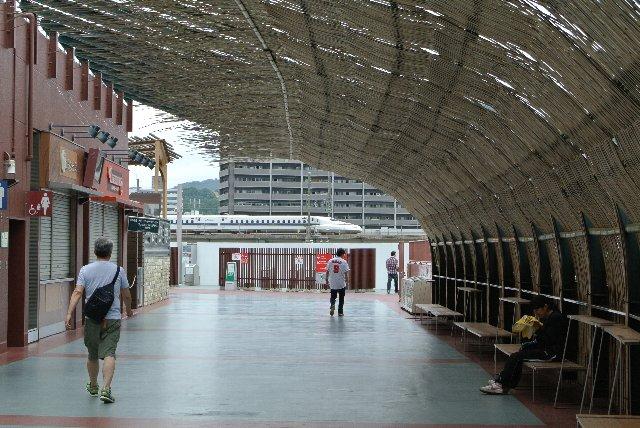 竹原市の竹林で伐採し、伝統的なござ網みで制作されたもの