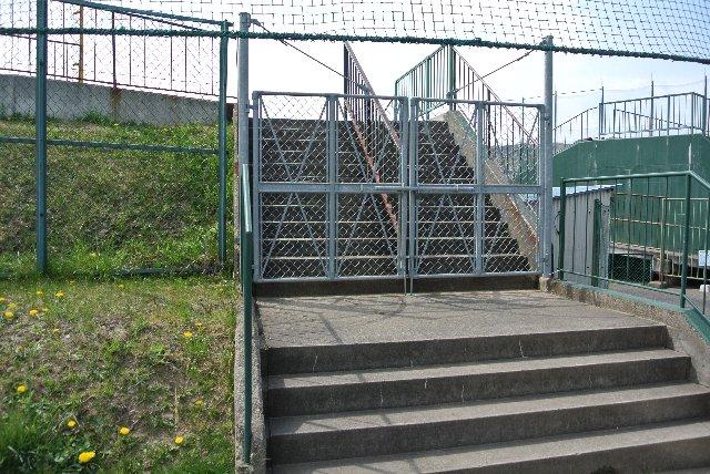搬入口を挟み、両翼部ゲートの近くにある。