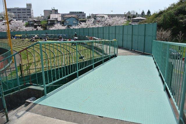 橋がある代わりに、ライト側にはゲートが設けられていない。