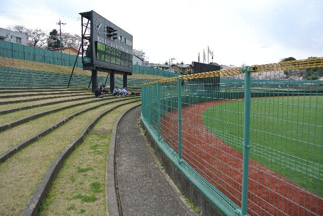 最前列に陣取ると、少なからず視界を遮られそうなフェンスの高さである。