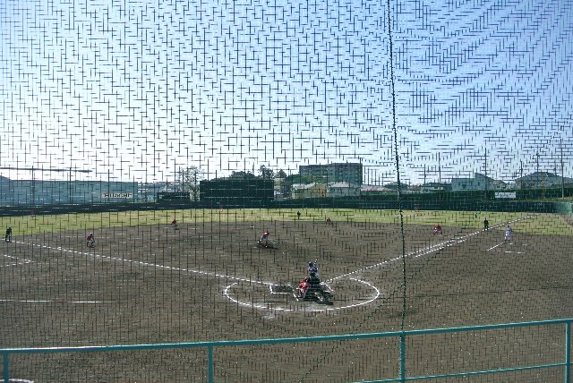 飾りっ気のない、練習場を主用途とした野球場。