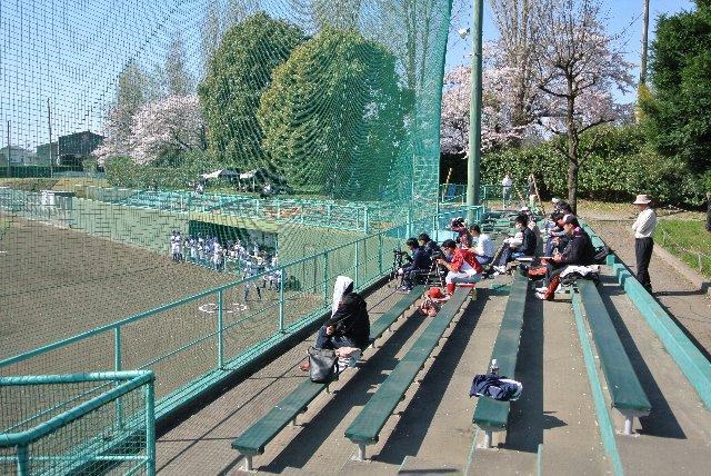 四月下旬ですが、好天に恵まれた日で、観戦している人は結構暑そうですね。